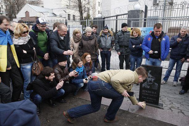 Hautakivi herätti Kiovassa suurta hilpeyttä.