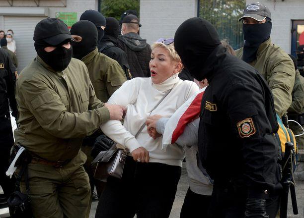 Lukašenka on määrännyt kovaotteiset poliisit kaduille mielenosoittajien vuoksi.