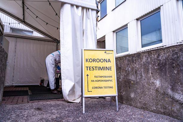 Lasnamäen lähiössä Tallinnassa ohjataan koronatestiin kolmella kielellä.