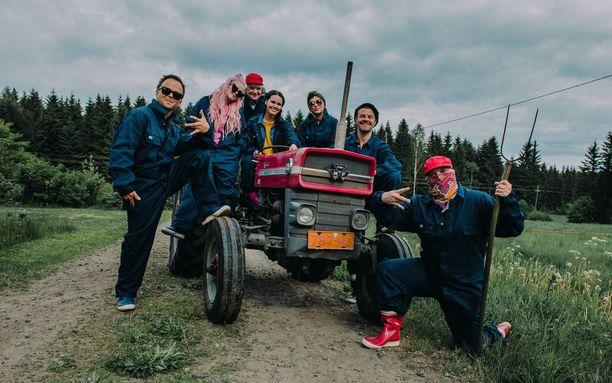 Lauri Ylönen, Ellinoora, Pepe Willberg, Evelina, Tuure Kilpeläinen ja Pyhimys pääsevät ajamaan traktoria Mattilan opastuksella.
