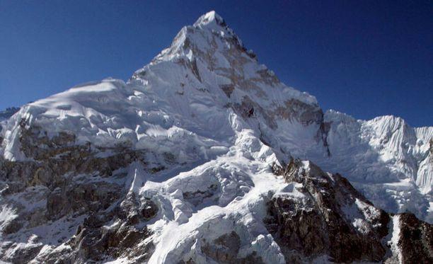 Mount Everestin huippu kohoaa 8848 metrin korkeuteen.
