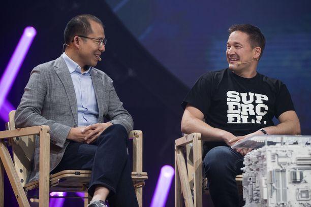 Kiinalainen Tencent osti suomalaisen Supercell-peliyhtiön osakkeista 84,3 prosenttia. Kuvassa Tencentin pääjohtaja Martin Lau ja Supercellin toimitusjohtaja Ilkka Paananen vuonna 2017.