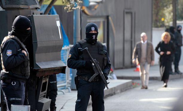 Poliisi vartioi yökerhon aluetta Turkin Istanbulissa, missä isku tapahtui.