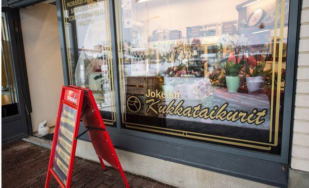 Kukkakauppa avattiin sunnuntaina jo yhdeksän jälkeen, eli ennen virallista aukeamisaikaa.