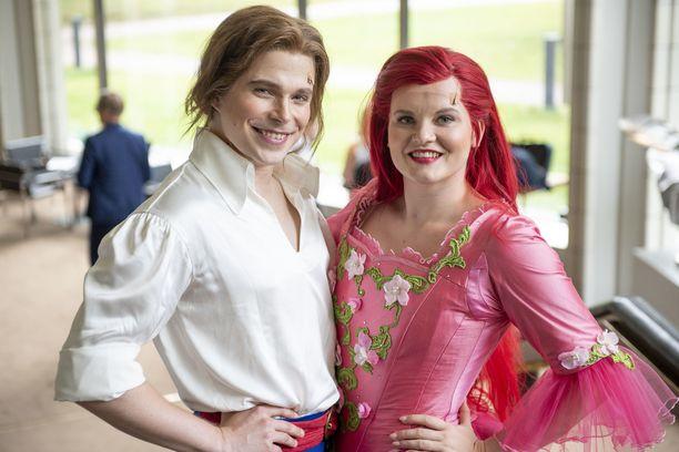 Martti Manninen esittää näytelmässä prinssi Erikiä ja Sonja Pajunoja näyttelee merenneito Arielia.