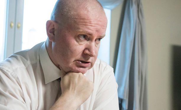 Oikeus- ja työministeri Jari Lindström (ps) jäi sairauslomalle maanantaina. Sairausloman syyksi ilmoitettiin korkea verenpaine.
