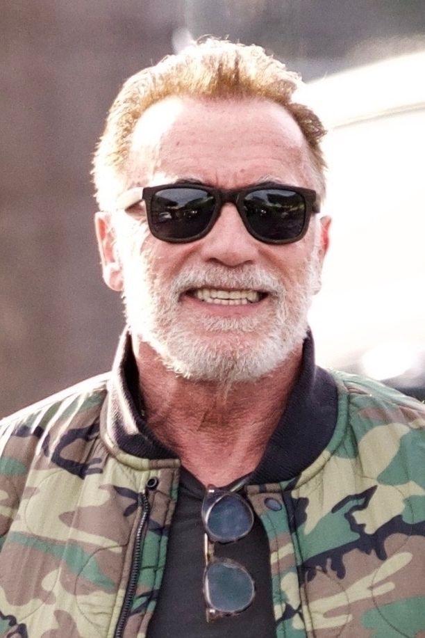 Arnold Schwarzenegger viihtyi punapäänä Venice Beachilla Kaliforniassa.