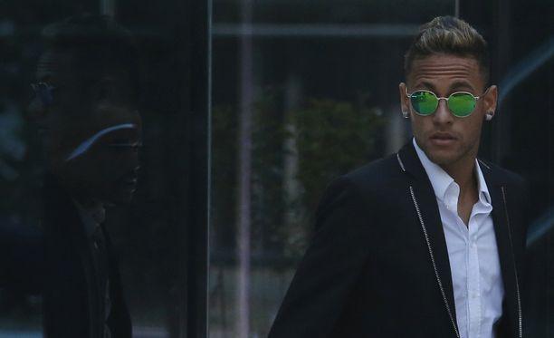 Neymar poistui tiistaina oikeustalolta Madridissa.