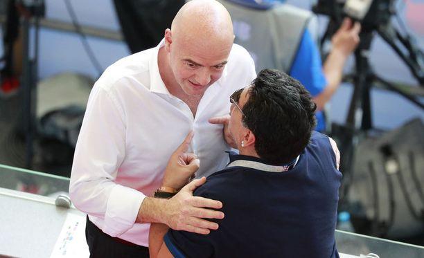 Fifan Gianni Infantino (vas.) sai kritiikkiä lähettiläältään Diego Maradonalta (oik.).