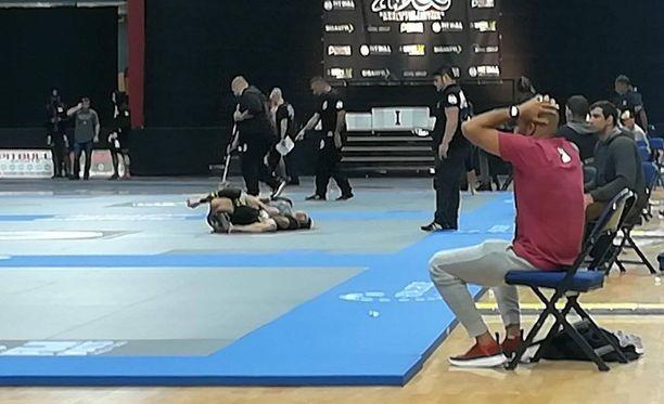 Elvira Karppinen on saanut vastustajansa tiukkaan polvilukkoon.