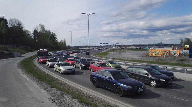 Tuoreen tutkimuksen mukaan suomalaisista liki puolet olisi hyväksymässä kilometripohjoisen autoilun verotuksen.