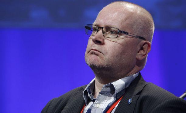 Työ- ja oikeusministeri Jari Lindström voisi harkita kuolemanrangaistusta terroristeille.
