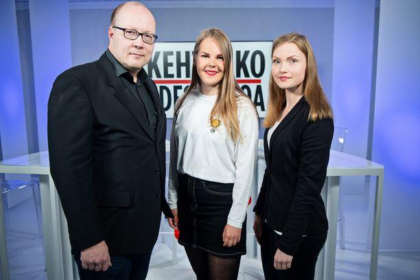 Alviina Alametsä vieraili IL-TV:n Kehtaako edes sanoa -ohjelmassa. Oikealla politiikan toimittaja Hanna Gråsten, vasemmalla politiikan toimituksen esimies Juha Ristamäki Iltalehdestä.