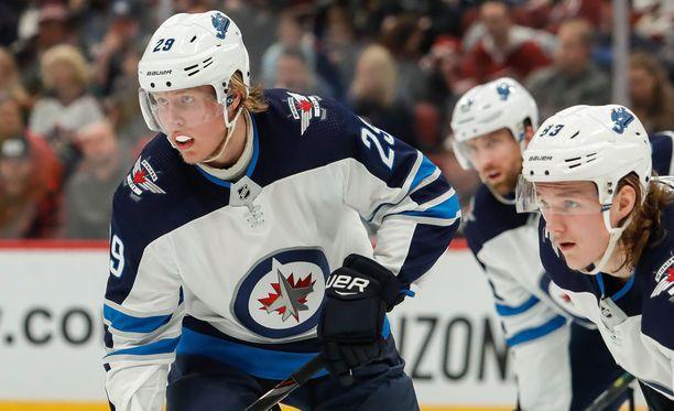 Winnipeg Jetsin Patrik Laine (vas.), Blake Wheeler ja Sami Niku olivat vahvassa vedossa Columbus Blue Jacketsia vastaan.