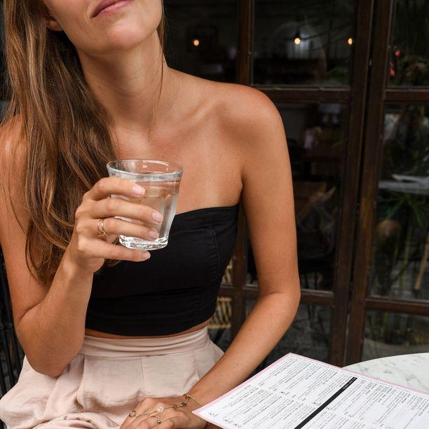 Helteellä tulisi muistaa juoda säännöllisesti pitkin päivää.