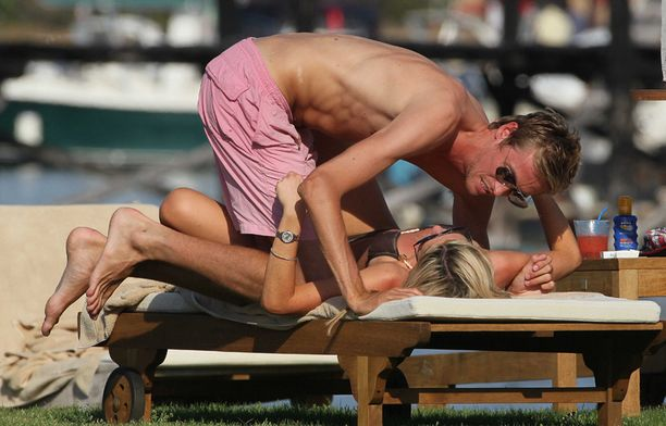 Välillä Peter ja Abbey pelehtivät aurinkotuoleilla.
