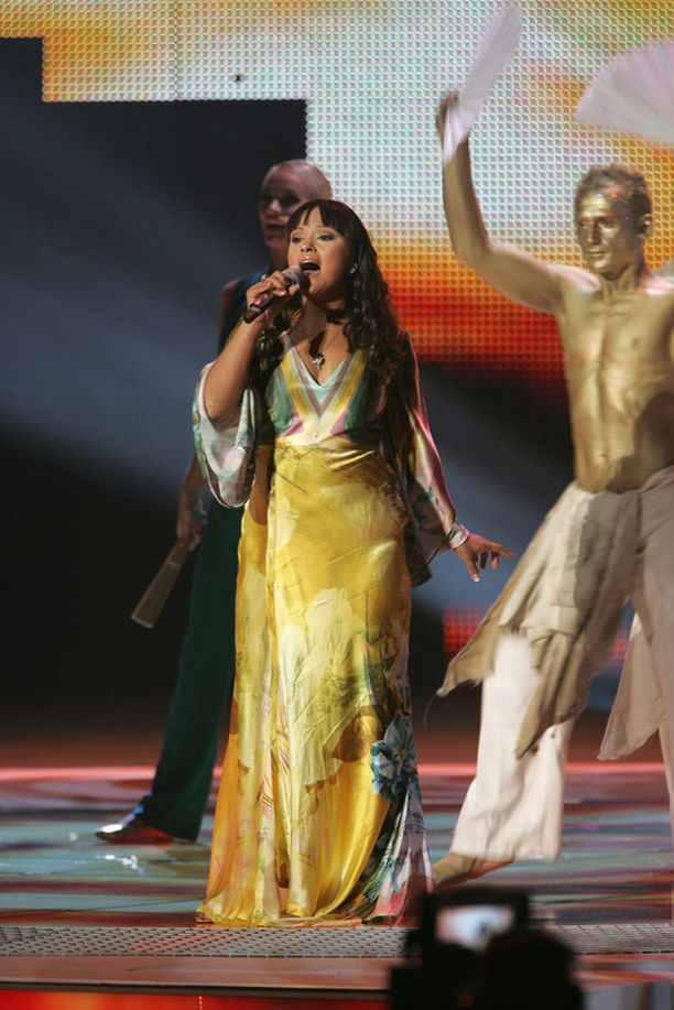 Maltaa Helsingin viisuissa edustanut Olivia Lewis pukeutui Roberto Cavallin iltapukuun.