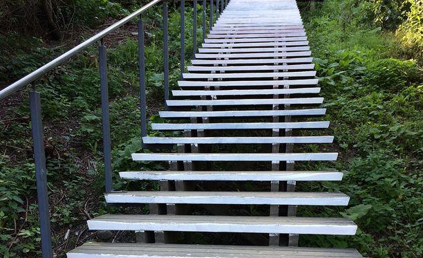Malminkartanon portaat ovat nyt alkupäästä valkoiset.