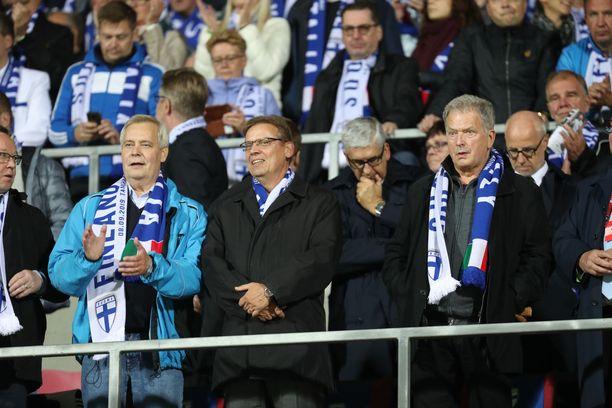 Presidentti Sauli Niinistö on Palloliiton entisenä puheenjohtajana ja jalkapallomiehenä tuttu näky Huuhkajien peleissä.