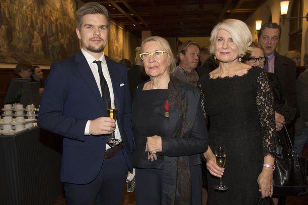 Puotiloiden kolmesta pojasta nuorin, Ville, isoäitinsä Ritva Puotila ja Puotilan Anneli-vaimo juhlivat yhdessä Jukka Puotilan hienoa näyttelijänuraa. - Oma roolini on ollut toimia mahdollisuuksieni mukaan kaikessa Jukan tukena, Anneli kertoi.