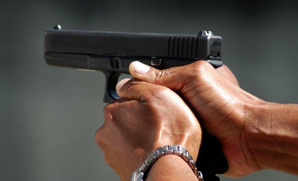 Suomalaistoimittaja näki, kuinka kassa ryöstettiin pistoolilla uhaten Yhdysvalloissa. Kuvituskuva.