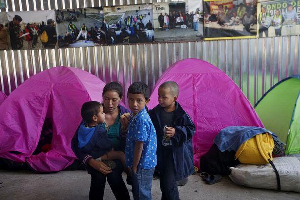 Siirtolaisia Meksikon Tijuanassa huhtikuussa. Noin 300 pääosin Hondurasista ja El Salvadorista lähtenyttä turvapaikanhakijaa päätti kuukausia kestäneen matkansa Meksikon ja USA:n rajalle hakeakseen turvapaikkaa USA:sta.
