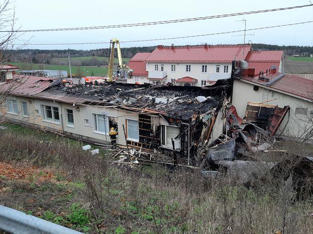Osasta koulua kattorakenteet tuhoutuivat täysin.