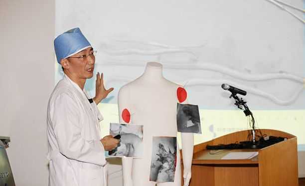 Lääkäri Lee Kook-jong esitteli toimittajille loikkarisotilaan saamia vammoja keskiviikkona.