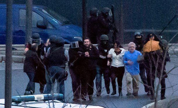 Poliisi päästi alkuillasta panttivankeja vapaaksi kosher-kaupasta.