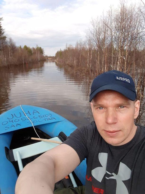 Juha Stoor menee kumiveneellä osan matkaa töihin.