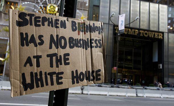Äärioikeistolaisista ja rasistisista mielipiteistään tunnettu Steve Bannon ei ole kaikkien mieleen.