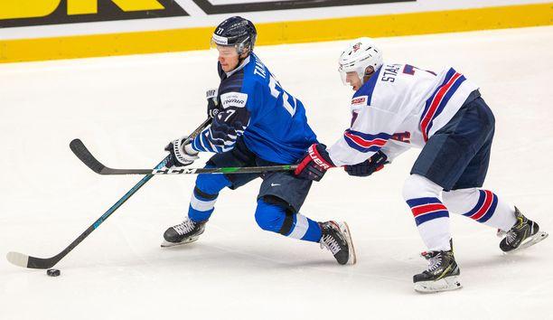 Kristian Tanus (vasemmalla) katsoi Ville Heinolaa, mutta syöttikin Joonas Odenille. Sillä kolmealla alustuksella syntyi puolivälierän voittomaali.