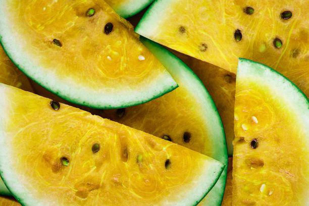 Lääkäri varoittaa syömästä valmiiksi pilkottuja tai kuorittuja hedelmiä. Hedelmät on turvallisinta kuoria itse.