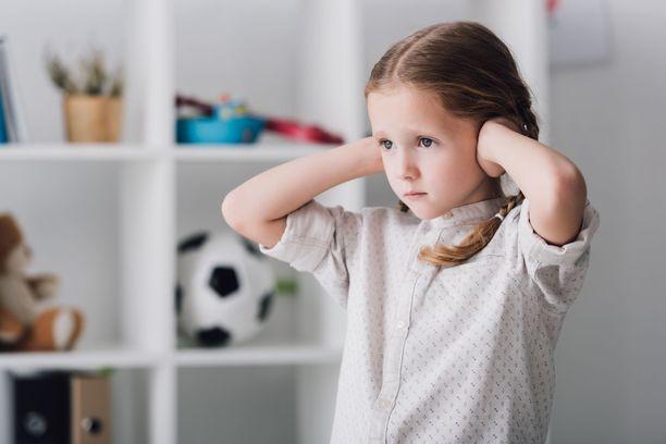 Autismikirjon henkilöllä on usein aisteihin liittyvää herkkyyttä.