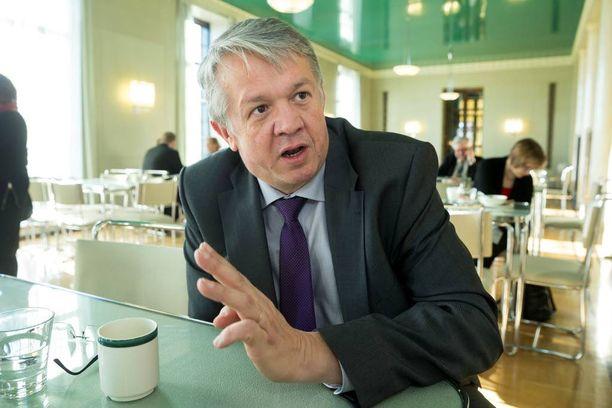 Ministeri Juha Rehula on esitellyt alkoholilain maltillisen uudistuksen.