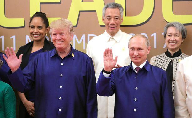 Suurvaltajohtajat pukeutuivat Vietnamissa samanlaisiin isäntien tarjoamiin paitoihin.