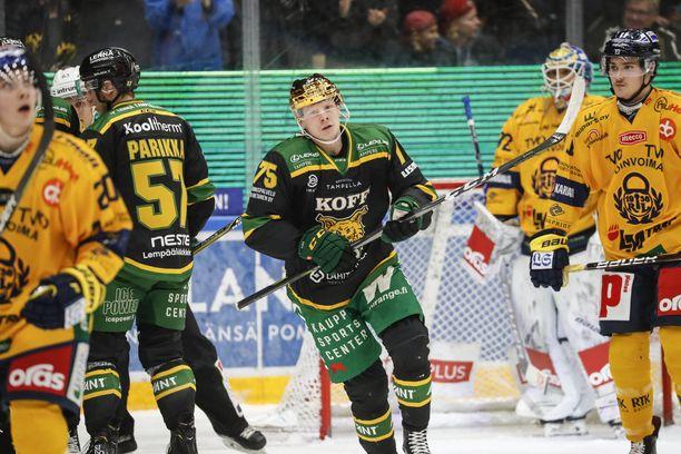 Ilves johtaa Lukkoa vastaan kahden erän jälkeen 2-1. Tamperelaisten avausmaalin teki kuvassa keskellä oleva Teemu Lepaus.