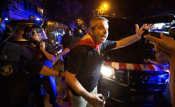 Mielenosoittaja vastustamassa Katalonian itsenäisyysjulistusta lauantaina.