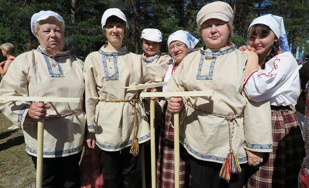 Vepsäläinen kansantanssiryhmä Zorenka.