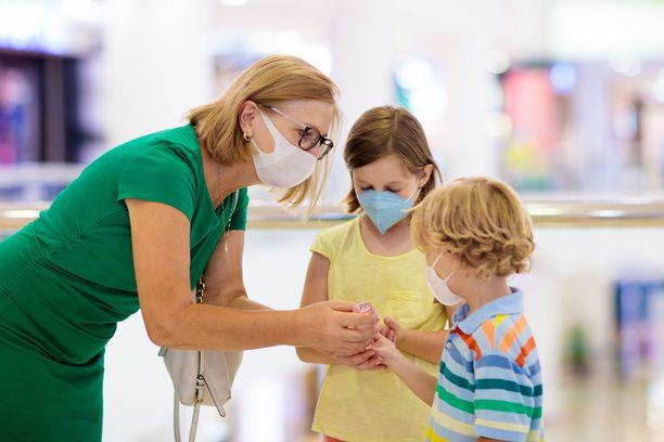 Maailman terveysjärjestö WHO suosittelee kasvomaskien käyttöä 12-vuotiaille ja sitä vanhemmille lapsille. Kuvituskuva.