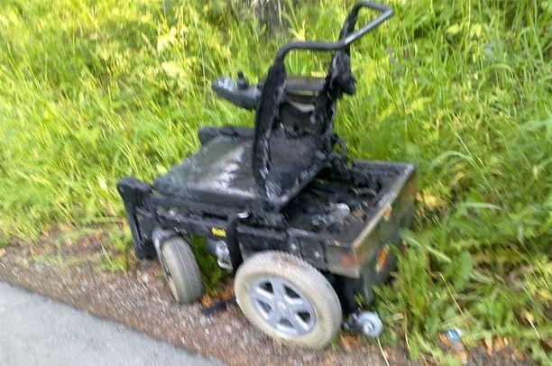 Pyörätuoli paloi käyttökelvottomaksi.