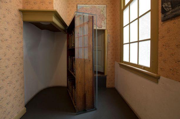 Kirjahylly kätki sisäänkäynnin piilopaikkaan.