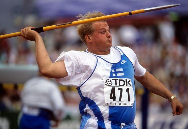 Seppo Räty oli järjestämässä supersuosittuja kisoja Soinissa. Kuva vuodelta 1995.