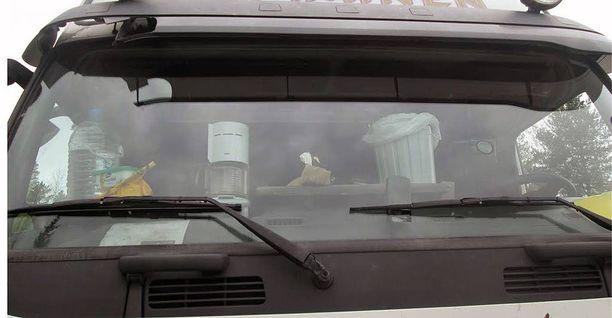 Kahvinkeitin mahtuu mukavasti apukuskin paikalla ja roskakori ratin yläpuolelle.