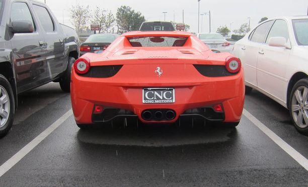 Ferrari Spider näyttää kovin matalalta kookkaiden tila-autojen välissä.