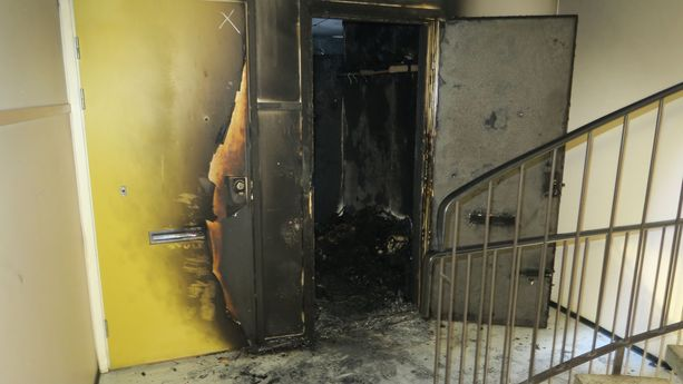 Epäilty oli hankkinut muun muassa palavaa nestettä etukäteen, jolla hän sytytti asunnon oven palamaan.