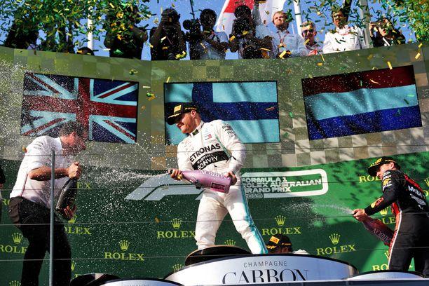 Valtteri Bottas kasteli Loïc Serran Albert Parkin palkintopallilla.