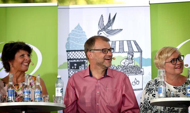 Liikenne- ja viestintäministeri Anne Berner, pääministeri Juha Sipilä sekä kunta- ja uudistusministeri Anu Vehviläinen osallistuivat keskustan ministeritenttiin Suomi-areenassa tiistaina. Kollegoita kiinnosti muun muassa Sipilän kesäparta.