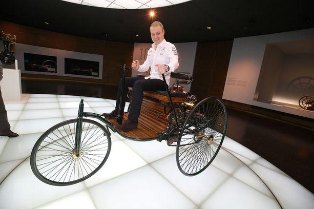 Stuttgartin Mersu-museossa Bottas pääsi kokeilemaan myös vähän vanhempaa autoa.