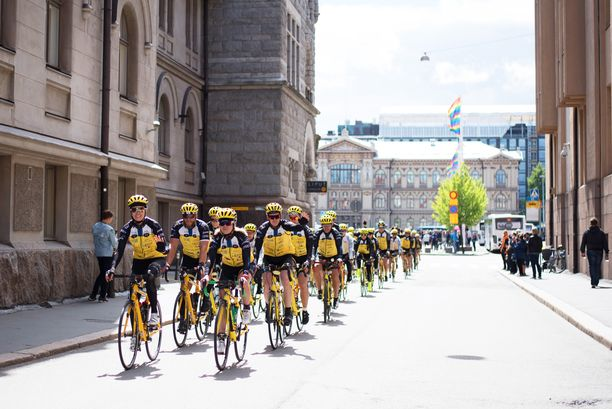 Suomen Team Rynkeby -pyöräilijöitä kuvattuna Helsingissä.